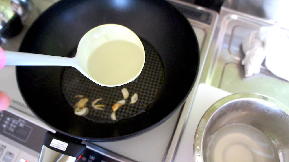 茹で汁を加え乳化させる