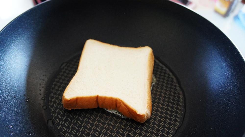 バターを塗った面を下にして焼く