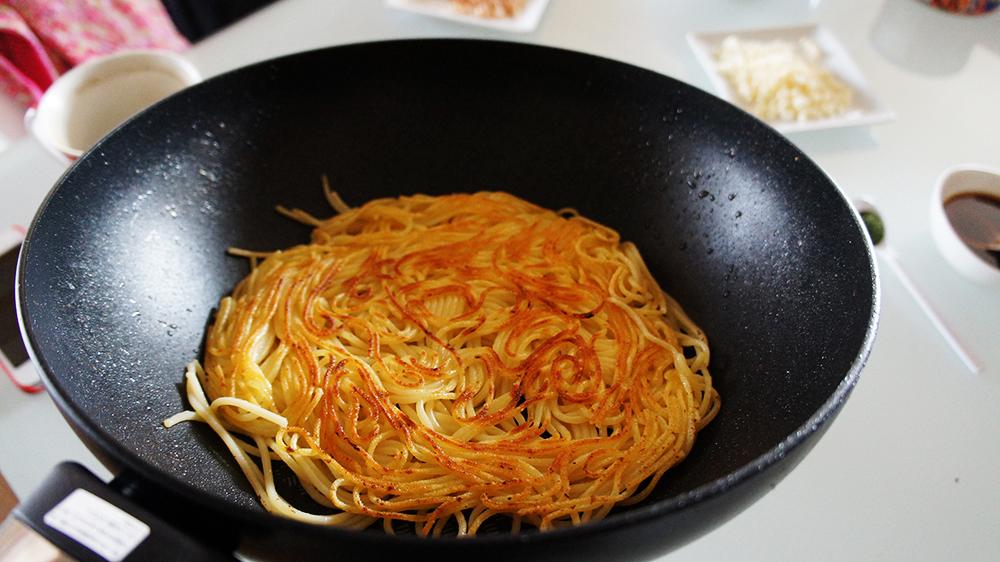 麺をカリカリに焼く