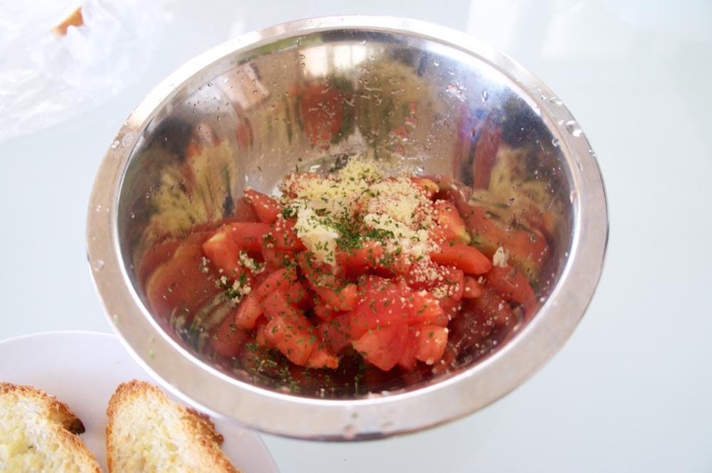 トマトにチーズ、バジル、にんにくを入れ混ぜ合わせる