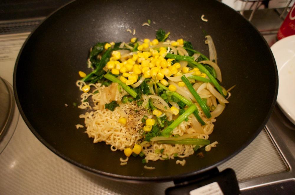 野菜と麺を炒める