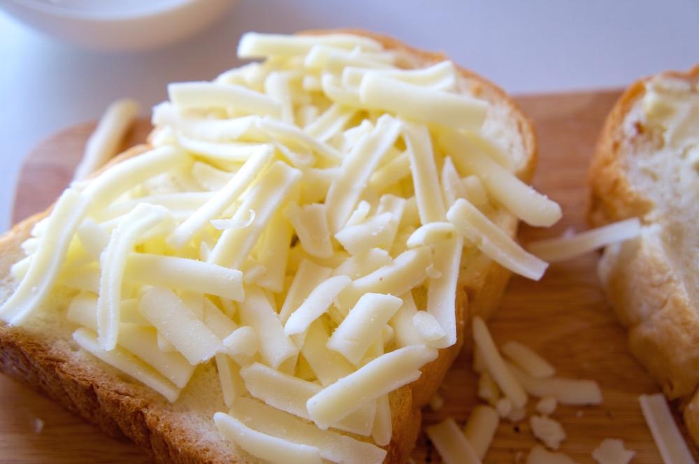 パンにチーズを乗せる