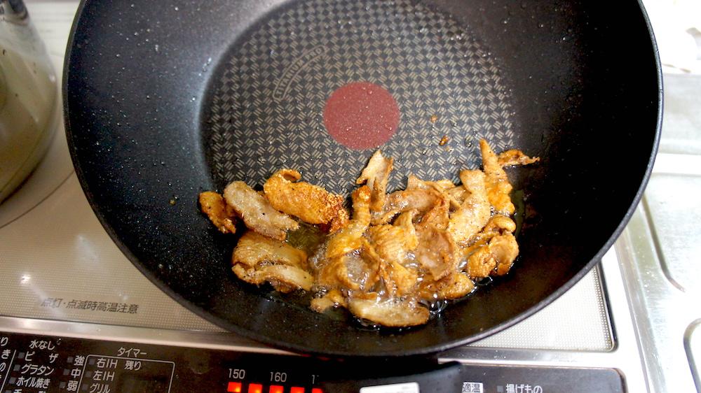カリカリに鶏皮を焼く