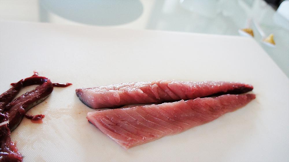 鯖の中骨を取り除く