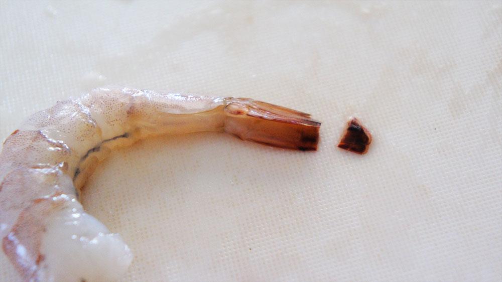 海老の尻尾を切る